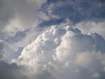 Einige Wolken. (Hintergrund) Lizenzfreies Stockbild