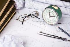 Einige Zeichnungen und Werkzeuge für in den Ingenieur auf dem Tisch zeichnen lizenzfreie stockbilder