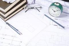 Einige Zeichnungen und Werkzeuge für in den Ingenieur auf dem Tisch zeichnen stockbild