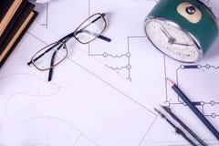 Einige Zeichnungen und Werkzeuge f?r in den Ingenieur auf dem Tisch zeichnen lizenzfreie stockbilder