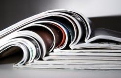 Einige Zeitschriften mit drastischer Leuchte Stockfoto