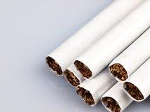 Einige Zigaretten auf einem weißen Hintergrund Stockfotografie