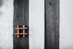 Einige Zimtspulen gebunden mit Schnur auf rustikaler Holzoberfläche Lizenzfreies Stockfoto