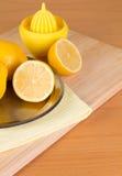 Einige Zitronen auf einer Platte Stockfotos