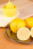 Einige Zitronen auf einer Platte Stockbild