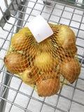 Einige Zwiebeln lokalisiert in der Tasche lizenzfreie stockfotos