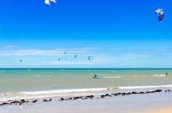Einiges Drachen, der auf die Luft beim Cumbuco surft Stockfoto