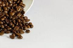 Einiges Kaffeebohne auf einer Tabelle Stockbild