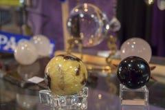 Einiges schöner heilender Crystal Balls auf Anzeige Stockbild