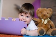 Einjährige Bisskind-` s Wolldecke Glückliches Baby liegt auf Boden Kind-` s an Raum und an Spielen stockfoto
