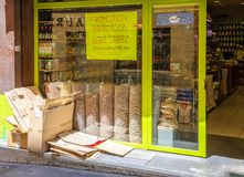 Einkauf in Aix en Provence -Fassade des kleinen Speichers mit custume Stockbild