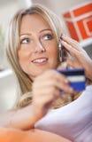 Einkauf auf Handy Lizenzfreies Stockbild