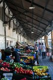 Einkauf an Bolhao-Markt in Porto, Portugal Stockbild