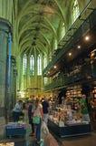Einkauf in der Buchhandlung in der ehemaligen Kirche in Maastricht stockfotografie