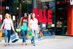 Einkauf der jungen Frauen Stockbild
