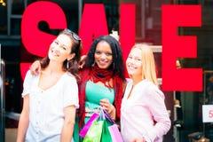 Einkauf der jungen Frauen Lizenzfreies Stockfoto