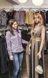 Einkauf in einem Kleidungs-Shop stockfotos