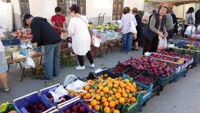 Einkauf an einem wöchentlichen griechischen Freilichtneuen Obst- und Gemüse Markt, Griechenland stock video footage