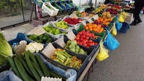 Einkauf an einem wöchentlichen Obst- und GemüseMarkt im Freien, Griechenland stock video footage