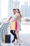 Einkauf erfolgt Paare, die Einkaufstaschen in ihrem umarmen und halten Stockbilder