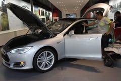 Einkauf für ein Elektroauto Lizenzfreies Stockfoto