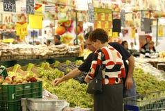Einkauf für Früchte am Supermarkt lizenzfreie stockbilder