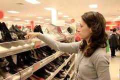 Einkauf für Schuhe stockbilder