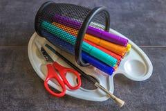 Einkauf für Schule Markierungen, Stand, Farbenpalette, Bürste, sciss Stockfotografie