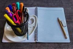 Einkauf für Schule Notizblock, Markierungen, Stifte, Kompassse, Scheren Stockbild