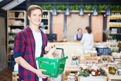 Einkauf im Speicher mit landwirtschaftlichen Produkten lizenzfreie stockfotografie