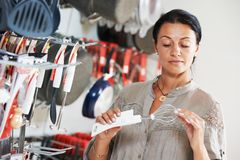 Einkauf im Supermarkt Frau, die Küchengeschirr wählt Stockbild
