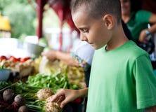 Einkauf am Landwirtmarkt Stockfotos
