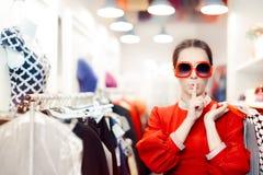 Einkauf mit der großen Sonnenbrille-Frau, die ein Geheimnis hält stockfotos