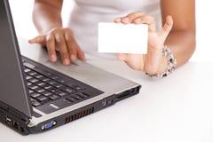 Einkauf mit der unbelegten Kreditkarte Online stockfotografie