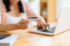 Einkauf mit Kreditkarte Stockfotografie