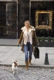 Einkauf mit meinem Hund Lizenzfreie Stockfotos