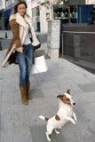 Einkauf mit meinem Hund Lizenzfreie Stockfotografie