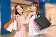 Einkauf mit zwei Frauen Stockfotos