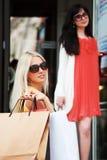 Einkauf mit zwei glücklicher Frauen Stockfotografie
