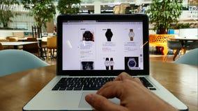 Einkauf online auf Ebay-Website stock footage