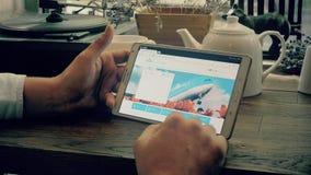 Einkauf online auf KLM-Fluglinienwebsite stock video footage