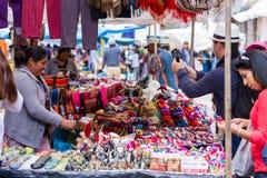 Einkauf am Pisac-Markt stockfotos