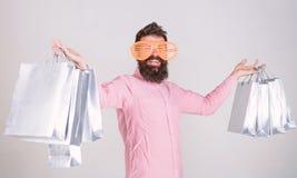 Einkauf an schwarzem Freitag Glückliches Einkaufen mit Bündelpapiertüten Kaufender süchtiger Verbraucher Rentables Abkommen Wie m stockfoto