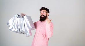 Einkauf an schwarzem Freitag Glückliches Einkaufen mit Bündelpapiertüten Rentables Abkommen Kaufender süchtiger Verbraucher Gesam lizenzfreie stockfotografie