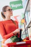 Einkauf am Supermarkt stockbilder