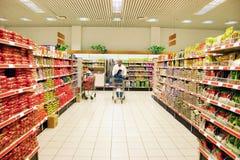 Einkauf am Supermarkt stockbild