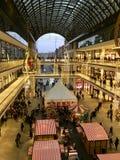 Einkaufen 'Mall von Berlin 'verziert für Weihnachten, beschäftigt mit vielen Käufern und mit Tausenden Lichtern belichtet lizenzfreie stockfotos