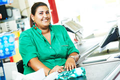 Einkaufen Cashdesk-Kassiererarbeitskraft im Supermarkt lizenzfreies stockbild