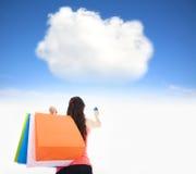 Einkaufen der jungen Frau auf der Wolke stockfotografie