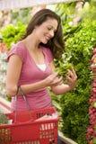 Einkaufen der jungen Frau für Erzeugnis lizenzfreie stockfotos